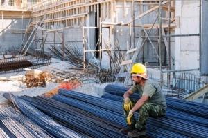 Trabajador de la construccion descansando en el trabajo